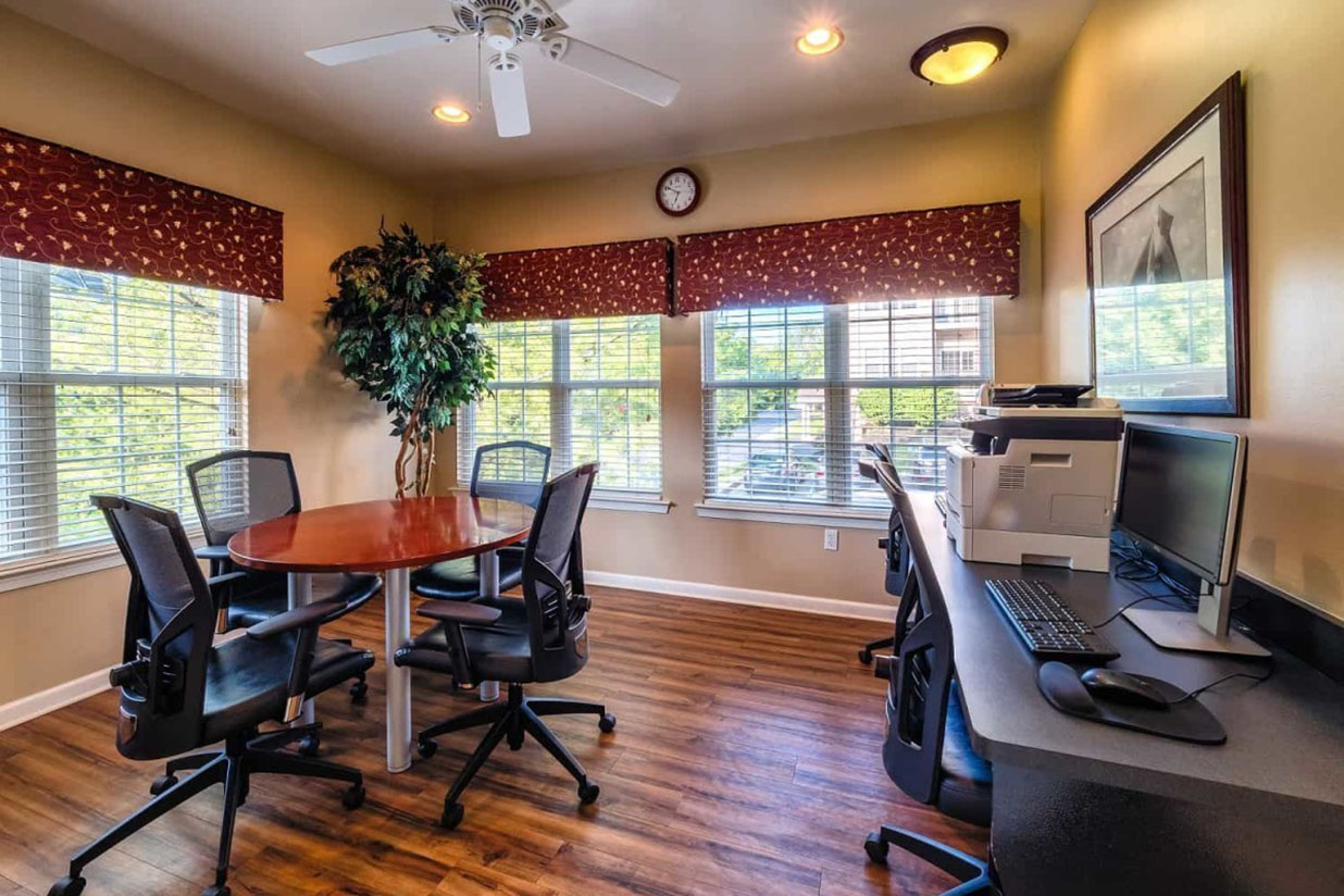 Gorgeous Saucon View's commuity business center with computers for apartment residents in Bethlehem